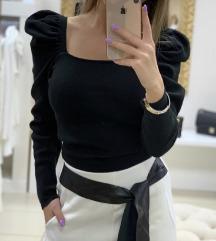 Crna rebrasta bluza sa puf rukavima NOVA