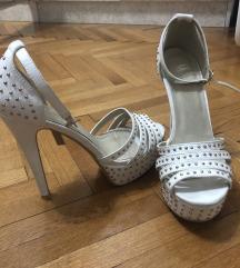 Bele sandale na stiklu
