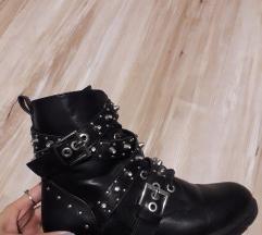 Crne cizme sa nitnama