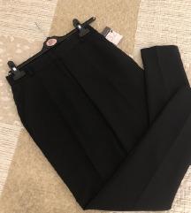Crne poslovne pantalone sa etiketom