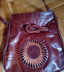 Prelepa kozna torba sa tim divnim detaljem