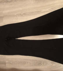 Crne pantalone sa sirokim nogavicama