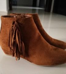 Kratke braon cizme sa resama