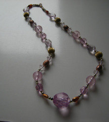 Ogrlica u roze tonovima