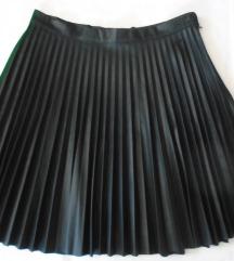 Plisirana crna suknja od mekane eko kože
