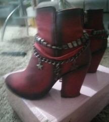 Crvene cizme na stiklu