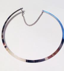 Ogrlica uz vrat srebrna boja