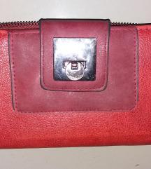 Lep crveni novčanik sa metalnom kopčom