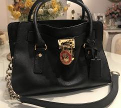 MICHAEL KORS crna kozna torba sa zlatnim katancem