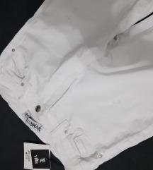 Bele pantalone sa etiketom
