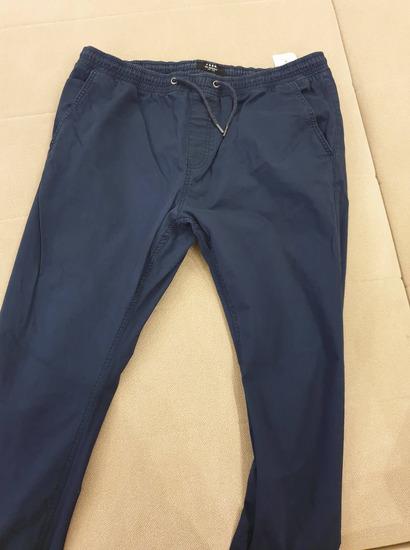 Prodajem muške pantalone kao nove