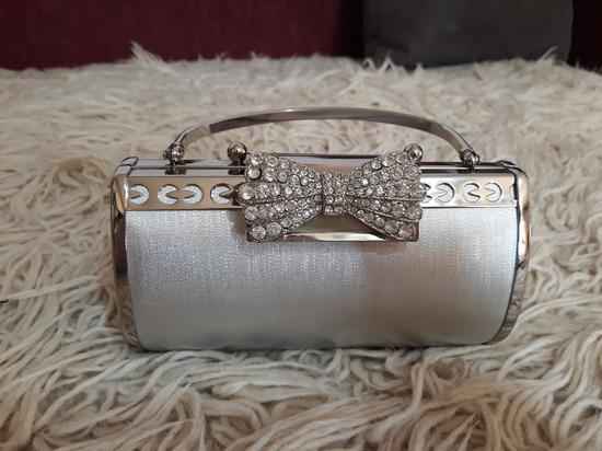 Metalik srebrna torbica