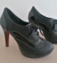 Zumbane crne cipele na stiklu