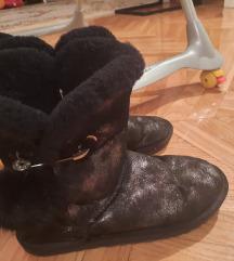 Crne čizme kao ugg
