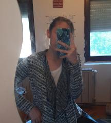Crnobeli džemper sa kapuljačom