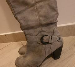Sive duboke cizme na stiklu