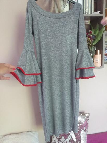 Srebrna haljina sa crvenim rubom oko rukava