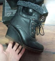 Ollla crne postavljene cizme