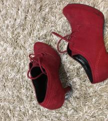 SNIZENJE Nove crvene cipele na stiklu za jesen