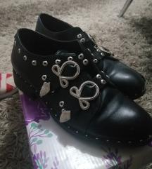 Crne ravne cipele sa nitnama