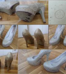 Zlatne cipele na štiklu