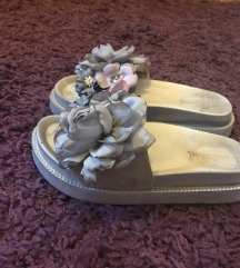 Sive papuce sa cvetovima