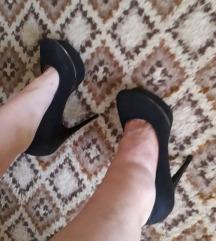 Crne cipele na visoku stiklu