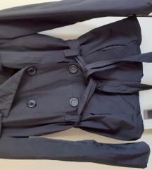 Crni kratak mantil