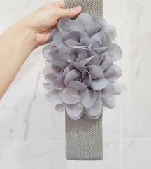 Sivi lastiš pojas sa cvetovima