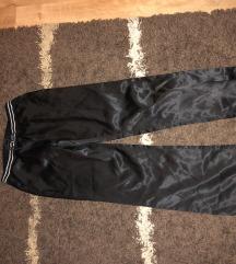 Satenske pantalone kao trenerke