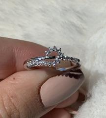 Srebrni prsten zavijeni polucirkon