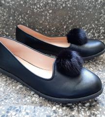 Nove crne cipele sa gombicom