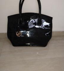 crna lakovana torba snizena