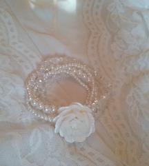 Narukvica beli cvetić