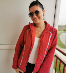 Crvena sportska jakna