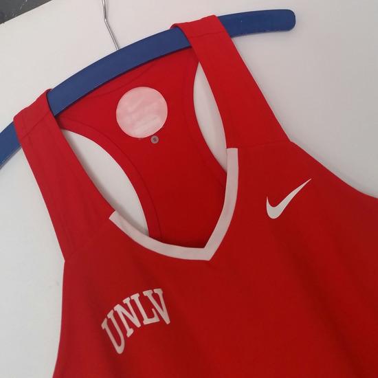 Nike DRI-FIT top za fitness, crveni