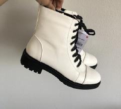 Nove bele cizme sa etiketom
