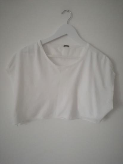 bela crop top majica