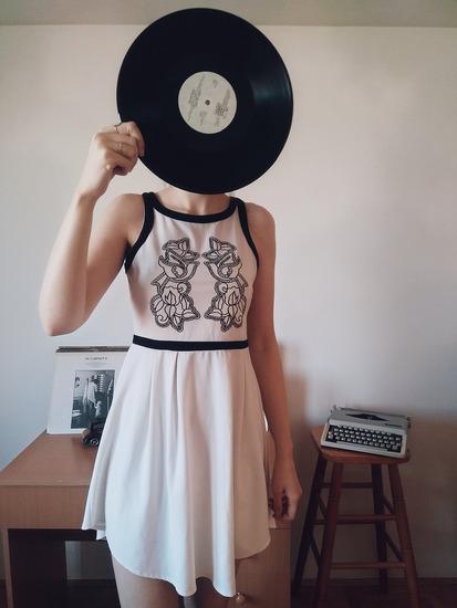 Bela haljina sa ružama