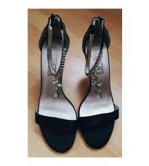 Rezervisano! Crne cipele na štiklu sa ukrasom