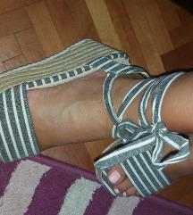 Sandale sa etiketom