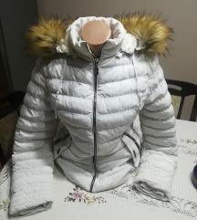 Bela jakna sa kapuljacom i krznom
