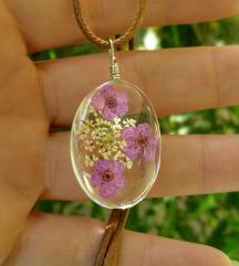 Staklena ogrlica sa cvecem