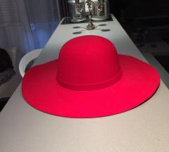 Vuneni crveni šešir