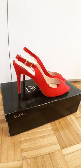 Nove crvene cipelice na stiklu