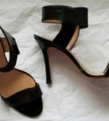 Crne lakovane kozne gleznjace Manolo Pepe sandale