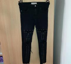 Crne pantalone na pertlanje