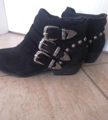 Crne kratke čizme sa šnalama