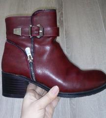 TOTALNO SNIZENJE Crvene cizme gleznjace na stiklu