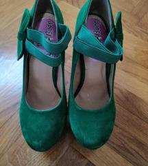 Novo zelene cipele na stiklu